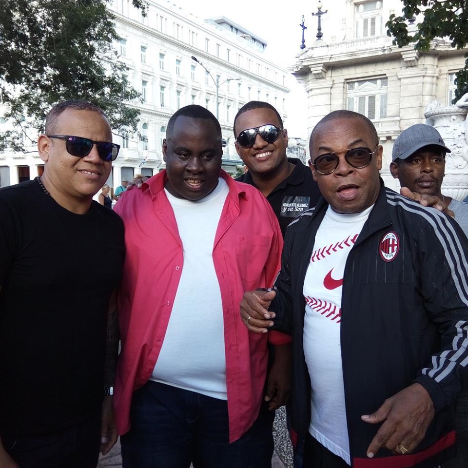 Adalberto Álvarez y los cantantes de la agrupación en el rodaje del videoclip De Cuba pa'l mundo entero. Foto: Suenacubano.com